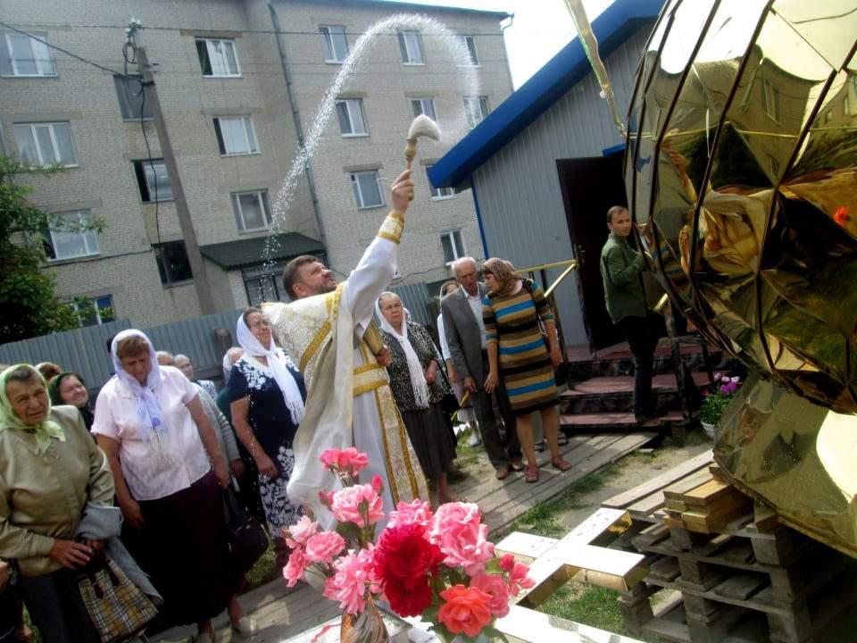 У Луцьку на місці будівництва майбутнього Свято-Миколаївського храму освятили купол та хрест
